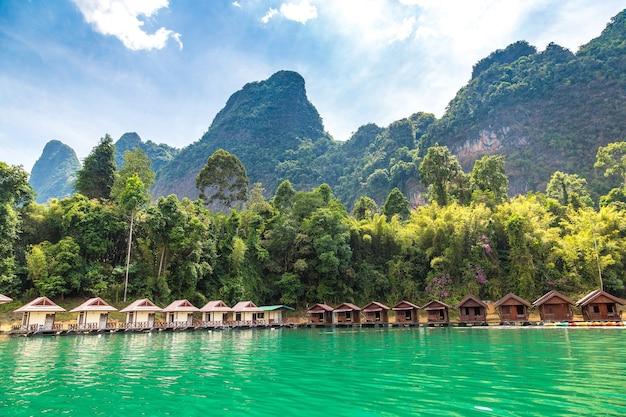 Bangalôs tailandeses no lago cheow lan, parque nacional khao sok na tailândia