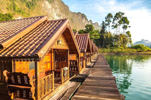 Bangalôs tailandeses no lago cheow lan, parque nacional khao sok