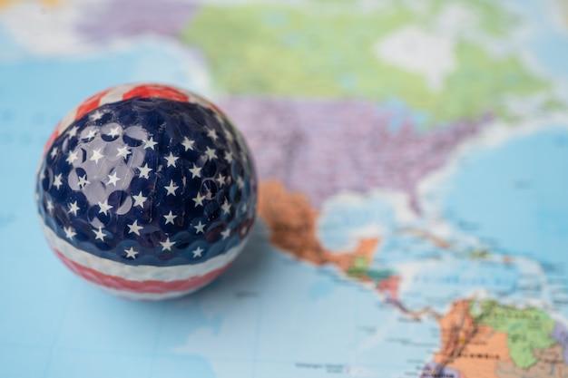 Bangkok, tailândia, 1 de maio de 2021 eua mapa da américa na bola de golfe com bandeira no mapa do globo terrestre.