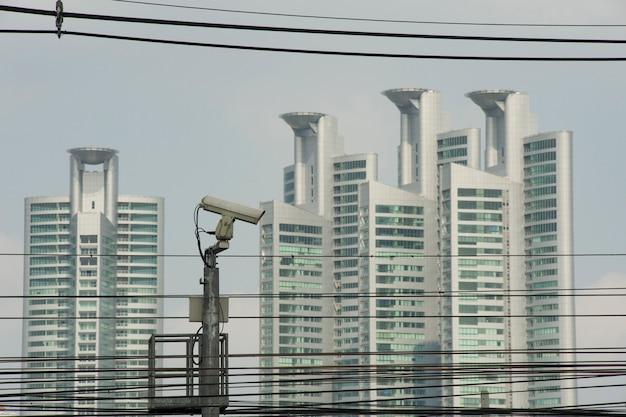Bangkok, tailândia - 12 de dezembro de 2010: câmera de vigilância nas ruas de bangkok e edifícios modernos em fundo