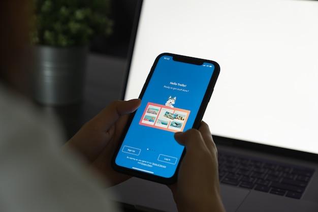 Bangkok, tailândia - 15 de abril de 2020: aplicativo trello no iphone 11. aplicativo de lembrete e trabalho em equipe no celular.