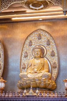 Bangkok, tailândia - 15 de novembro de 2020: estátuas de buda no templo da catedral de foguangshan thaihua temple na tailândia. guang shan é uma das quatro grandes organizações budistas em taiwan
