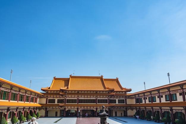 Bangkok, tailândia - 15 de novembro de 2020: pessoas desconhecidas no templo de foguangshan thaihua, na tailândia. guang shan é uma das quatro grandes organizações budistas em taiwan