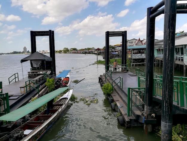 Bangkok tailândia 20 de junho de 2021 vista do cais oposto à tarde no rio chao phaya
