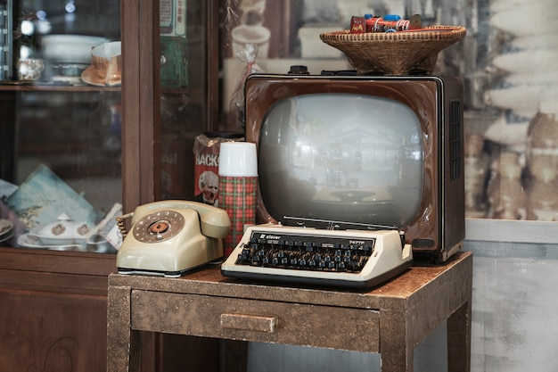 Bangkok, tailândia, 5 de janeiro de 2020: interior retrô - tv antiga, máquina de escrever e telefone de discagem