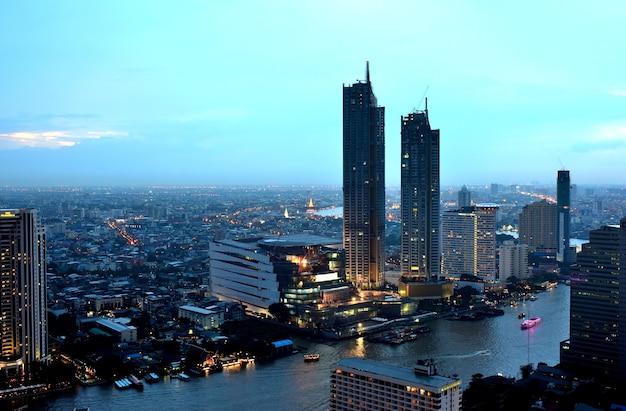 Banguecoque e rio de chao phraya durante a noite. aprecie a bela paisagem e luz.