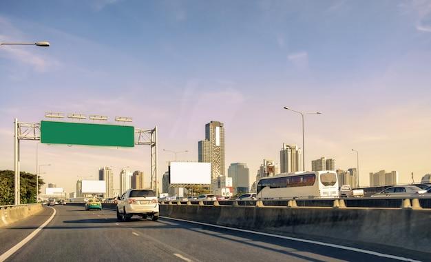 Banguecoque urbana de capital com a construção de torre na via expressa da ponte