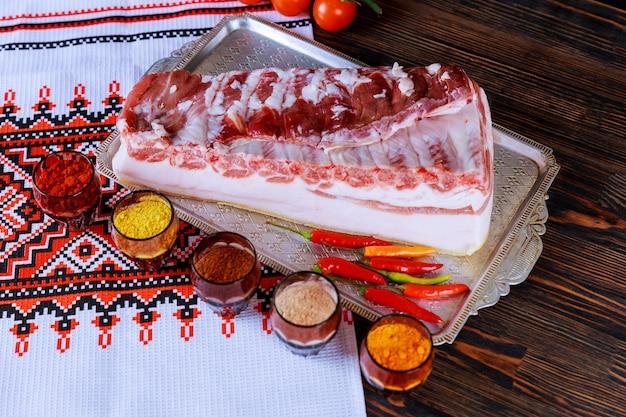 Banha de porco salgada com banha de porco marinada