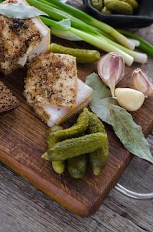Banha de porco salgada com especiarias e legumes