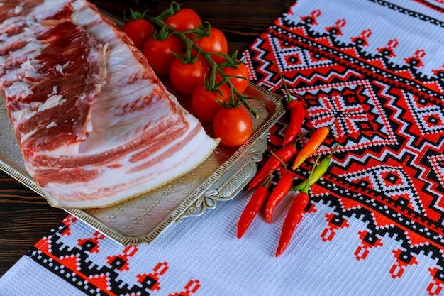 Banha de porco salgada gordura com especiarias na tábua de madeira