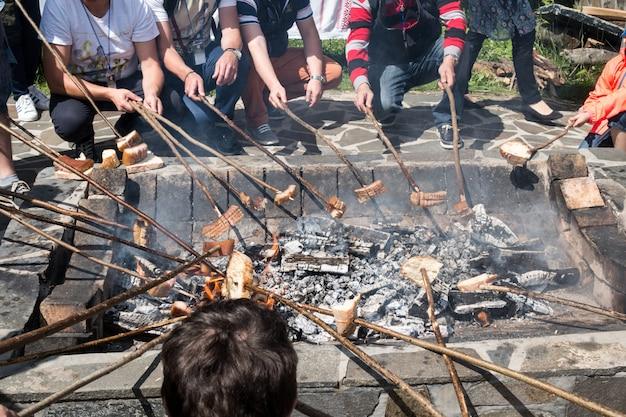 Banha defumada (slanina), salsichas e pão cozido no fogo.