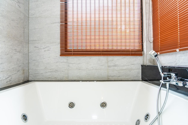 Banheira branca e interior de decoração de casa de banho