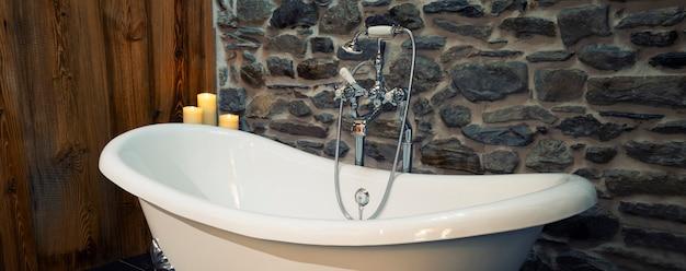 Banheira clássica branca com aço inoxidável