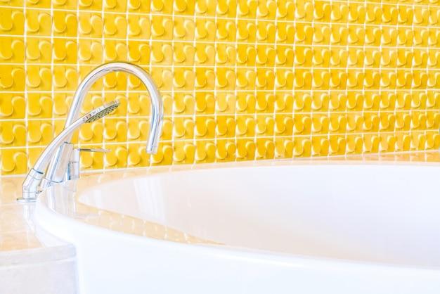 Banheira com antigo torneira cromada