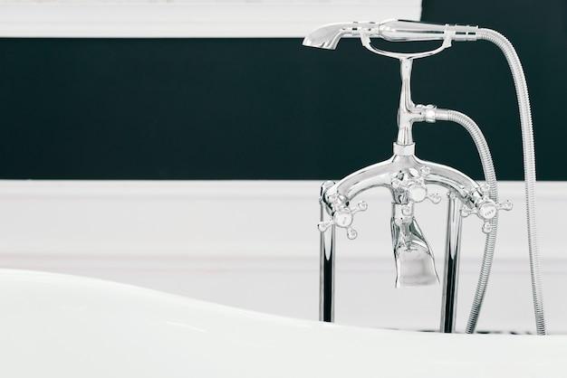 Banheira elegante com elementos de banho