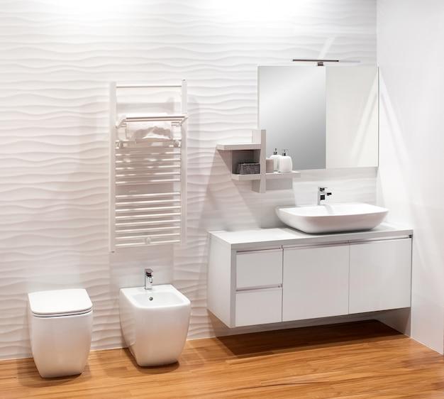 Banheiro branco monocromático liso