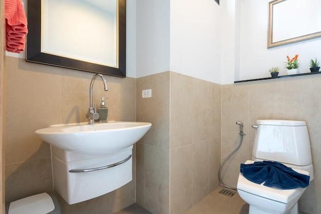 Banheiro com pia e vaso sanitário