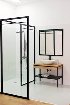 Banheiro de chuveiro aberto contemporâneo de vidro. foco seletivo suave.