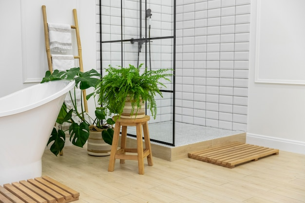 Banheiro de design de interiores com banheira e chuveiro