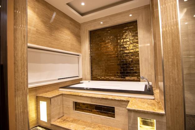 Banheiro de design moderno com jacquizee