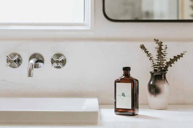 Banheiro de design simples e limpo