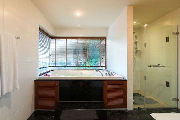 Banheiro de luxo possui bacia, vaso sanitário e banheira