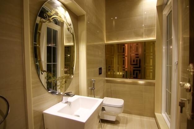 Banheiro dourado e branco