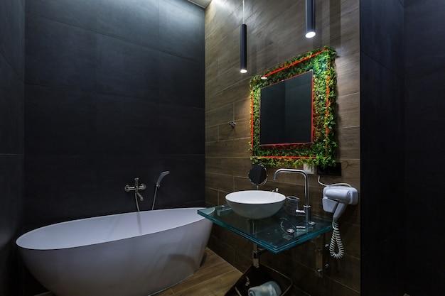 Banheiro em cores escuras