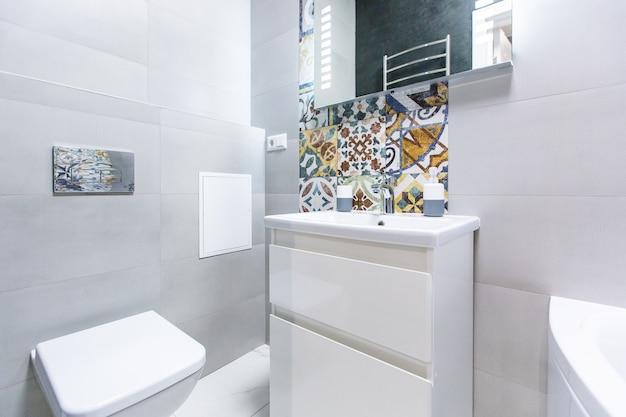 Banheiro em cores vivas estilo moderno