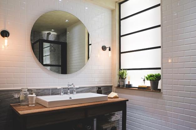 Banheiro em estilo moderno, com azulejos brancos.