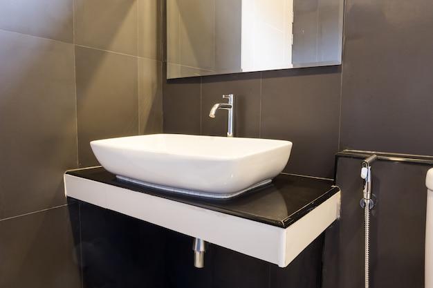Banheiro limpo e fresco com luz natural da bacia e decorado com estilo retrô.