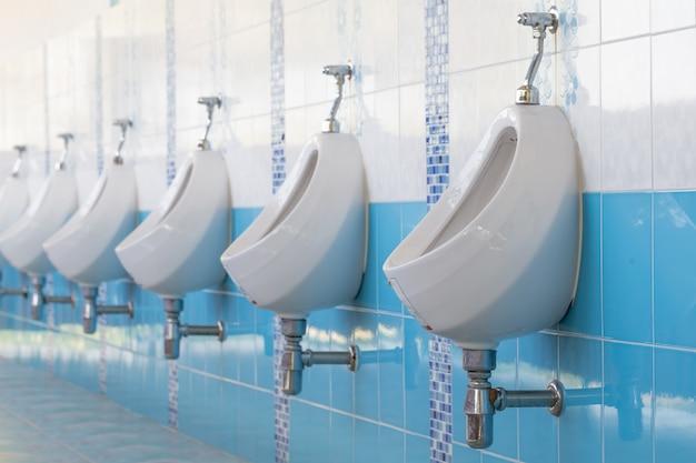 Banheiro masculino em um banheiro público.