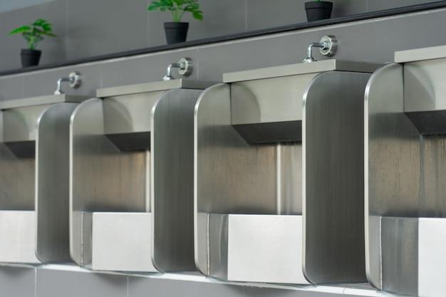 Banheiro masculino público é feito de aço inoxidável para facilitar a limpeza