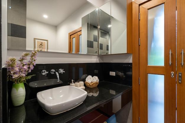 Banheiro moderno com pia e banheira