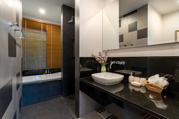 Banheiro moderno com vaso sanitário, chuveiro e banheira