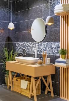 Banheiro moderno de madeira com espelho, vaso sanitário, armário e pia