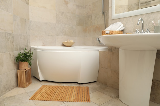 Banheiro moderno e confortável em bege claro