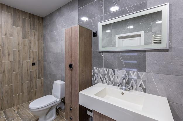 Banheiro moderno e espaçoso branco luxuoso