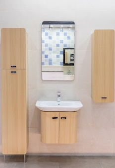 Banheiro moderno e espaçoso, com azulejos brilhantes com vaso sanitário e pia. vista lateral