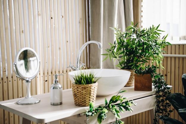Banheiro moderno e espaçoso. quarto luminoso. interior moderno.