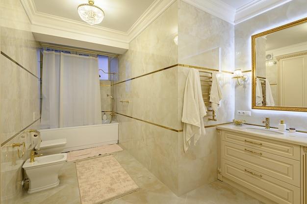 Banheiro moderno e luxuoso em bege e dourado