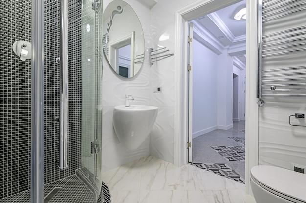 Banheiro moderno e luxuoso em branco e cromado