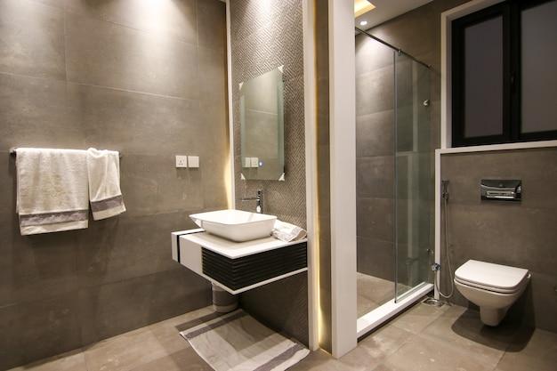Banheiro moderno e mais recente em preto e branco