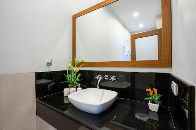 Banheiro moderno em casa de luxo