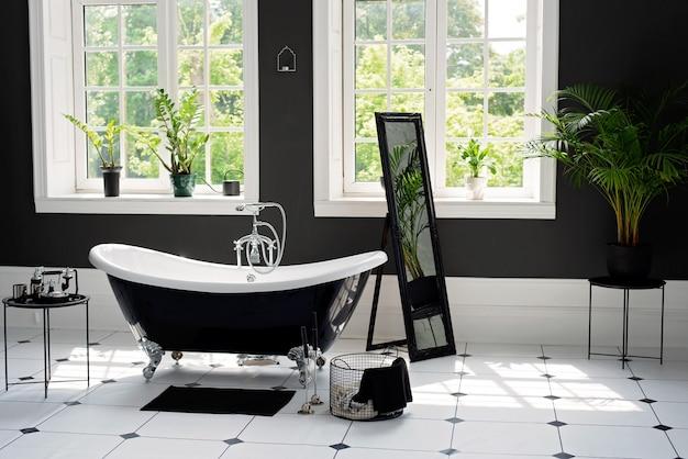 Banheiro moderno em preto e branco com acessórios de prata com grandes janelas ensolaradas. conceito de design de interiores