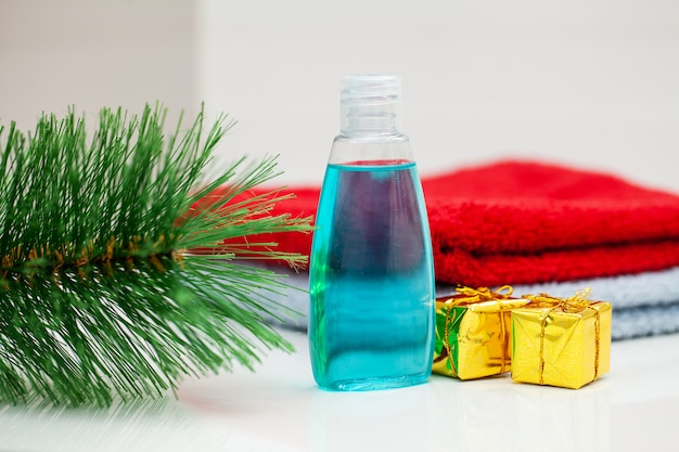 Banheiro no hotel com cosméticos na época do natal