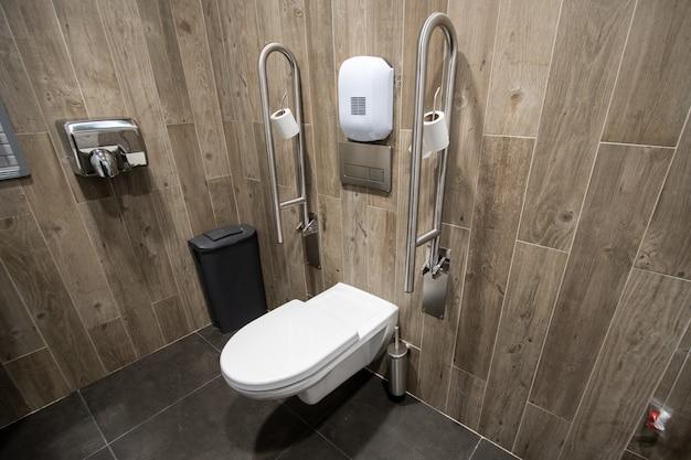 Banheiro para idosos de pessoas com deficiência com corrimão ao lado