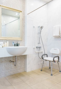 Banheiro para idosos e deficientes para apoio ao corpo e proteção antiderrapante