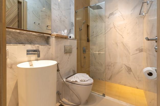 Banheiro possui lavatório e vaso sanitário