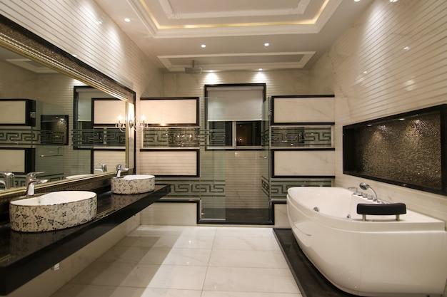 Banheiro projetado moderno com 2 lavatórios